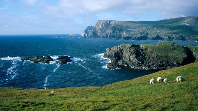 Dans le comté du Donegal, près du village de Glencolumbkille. Au loin, les falaises de Slieve League.