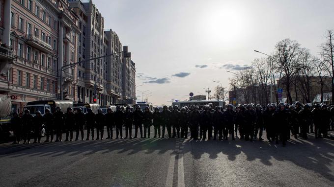 Des policiers anti-émeute surveillent une rue à Moscou lors d'une manifestation anticorruption.
