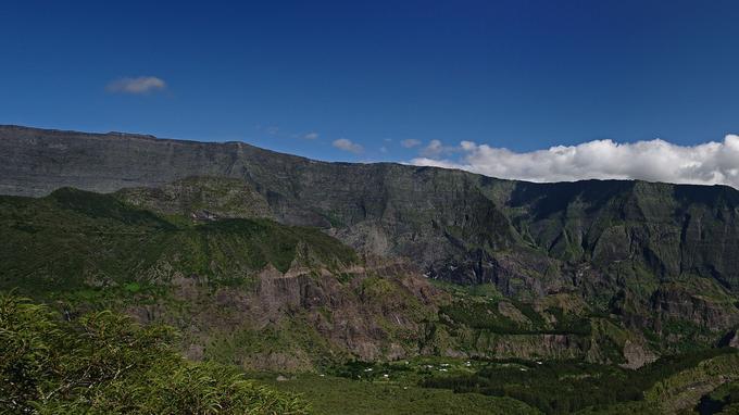 Vue sur le magnifique cirque de Mafate, coeur habité du Parc national et dont les 800 habitants vivent dans une dizaine d'îlets uniquement accessibles à pied ou par voie aérienne. (Jean-François Bègue / Parc national de La Réunion)