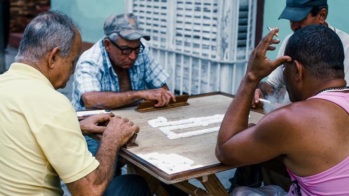 Sur un trottoir de Trinidad, une partie de domino endiablée. © Olivier Romano.