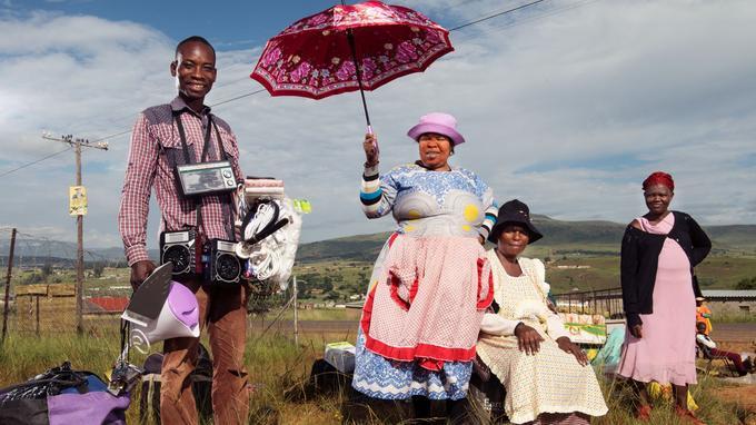 Radios, chapeaux, parapluies, fers à repasser, balais… près de Winterton, un petit marché improvisé au bord du chemin.