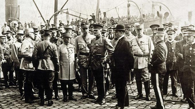 Accueil solennel pour le général Pershing en juin 1917 à Boulogne-sur-mer, arrivant avec un premier contingent de soldats américains.