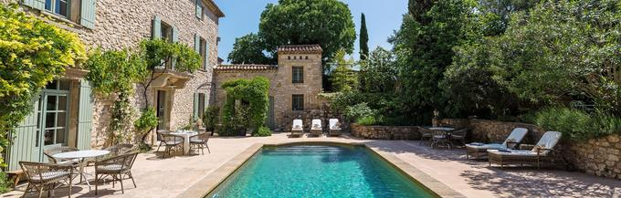 À Sainte-Anastasie-Aubarne, dans le Gard, Le Mas de la Chapelle, où Natalia et Philippe reçoivent leurs invités, a été habité dans les années 1990 par Jean-Louis Trintignant.