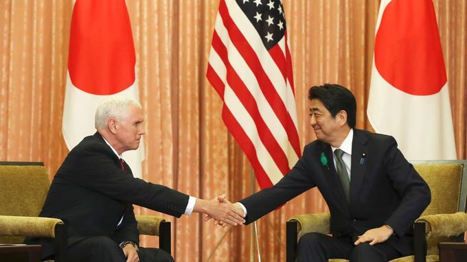 Le vice-président américain Mike Pence et le premier ministre japonais Shinzo Abe aujourd'hui à Tokyo.