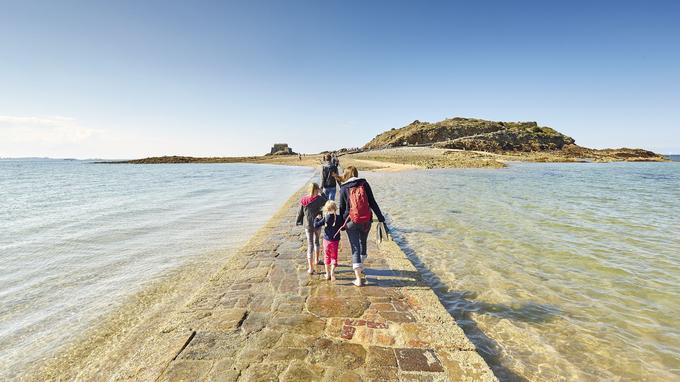 L'île du Grand Bé, où est enterré Chateaubriand, est accessible à marée basse. © A Lamoureux