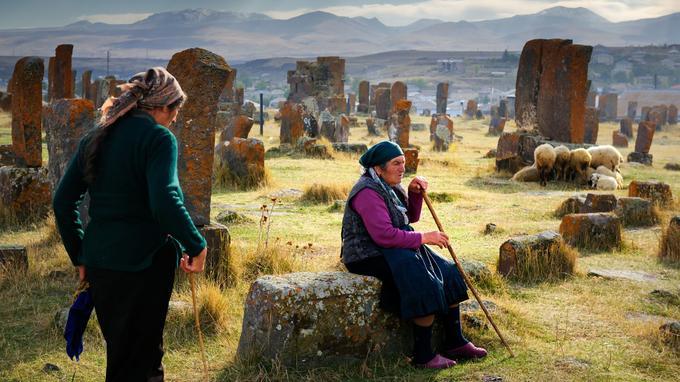 Le cimetière de khatchkars de Noratous. La majorité de ces centaines de stèles sculptées de croix de pierre évoquent les attaques de Mongols ou de Turcs.