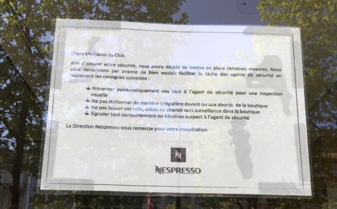 Panneau sur la porte de la boutique Nespresso sur les Champs-Élysées. Crédit: Julien Licourt.