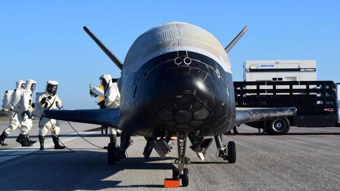 Comme les navettes habitées, le X-37B est protégé par des tuiles isolantes lors de son retour dans l'atmosphère.