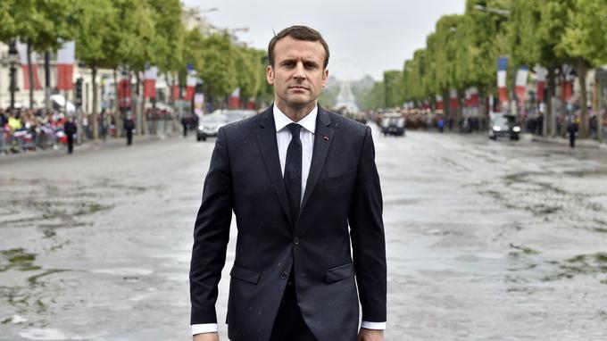 Emmanuel Macron sur l'avenue des Champs-Elysées.