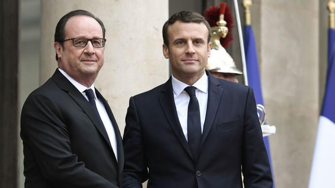 François Hollande et Emmanuel Macron, sur le perron de l'Élysée.