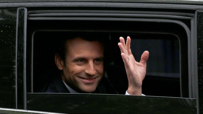 Emmanuel Macron dans sa voiture.