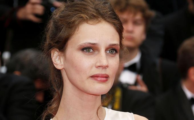 Marine Vacth arrive sur la Croisette pour la projection du film <i> Jeune et jolie </i>(2013) <i/>.