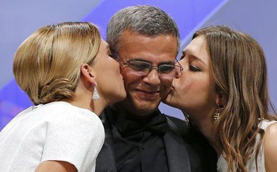 Léa Seydoux et Adèle Exarchopoulos embrassent le réalisateur, Abdellatif Kechiche, après avoir reçu la palme d'or pour <i>La vie d'Adèle</i>.