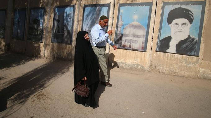 Des Iraniens marchent en direction du bureau de vote, ce vendredi.