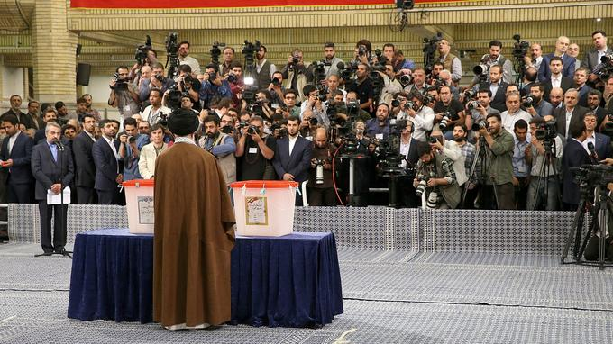 Agé de 77 ans, souffrant d'un cancer à la prostate, selon certaines sources, Ali Khamenei est apparu en relative bonne forme.