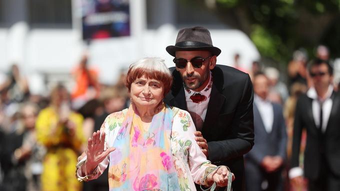 La réalisatrice Agnès Varda et l'artiste de rue JR, venus présenter leur film hors compétition au Festival de Cannes. AFP PHOTO / Valery HACHE