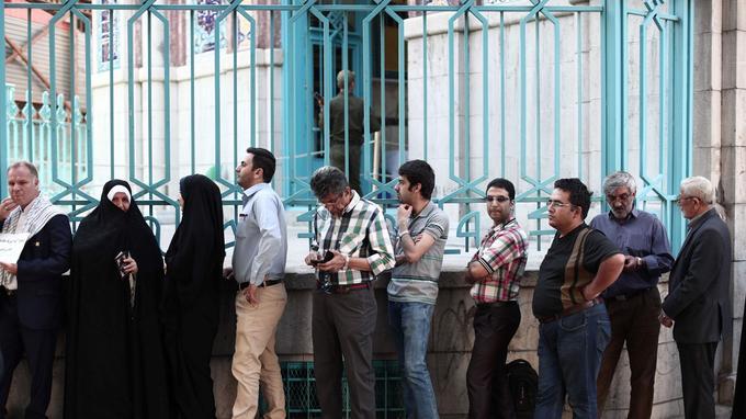Jusqu'à vendred soir tard, d'importantes files d'attentes se sont formés devant les bureaux de vote, à Téhéran notamment, la capitale acquise au camp Rohani.