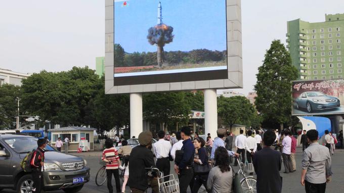 Dans les rues de Pyongyang, ce lundi, un écran géant restransmettait les images du tir de la veille.