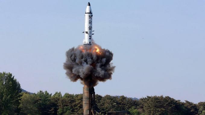 Les images diffusées par le régime nord-coréen montrent le Pukguksong-2 en phase d'envoi.