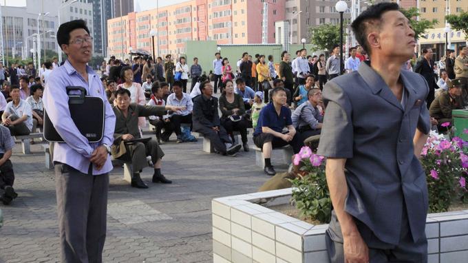 Dans les rues de Pyongyang, les habitants ont regardé sur un écran géant les images du tir.