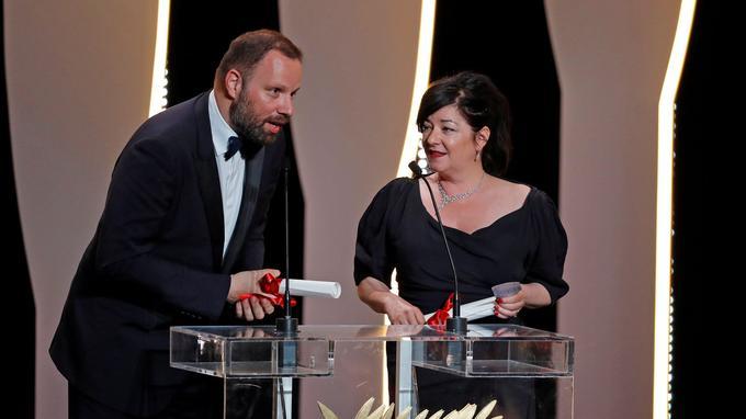 Yorgos Lanthimos et Lynne Ramsay sont montés sur scène ensemble recevoir le prix du scénario.