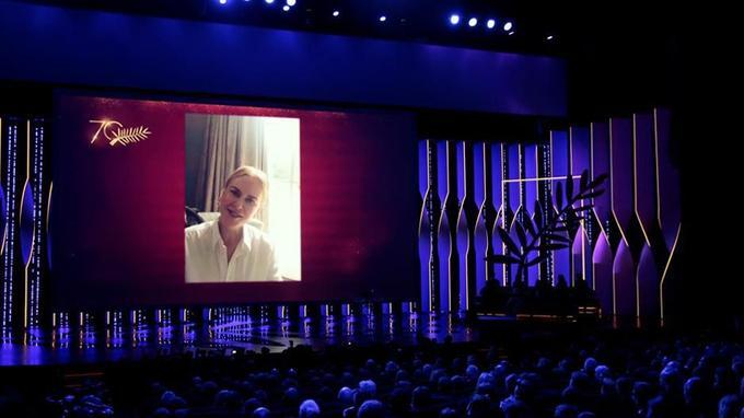 Nicole Kidman accepte à distance son prix.