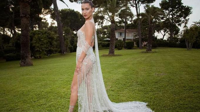 «Mannequin professionnelle, Bella Hadid pose naturellement pour mettre en avant sa robe magnifique.» Crédits photo: Pascal Le Segretain