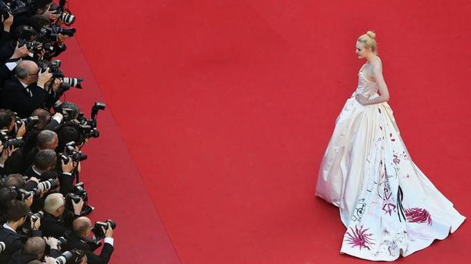 Elle Fanning, lors de la montée des marches de la cérémonie d'ouverture, mercredi 17 maiCrédits photo: Vittorio Zunino Celotto