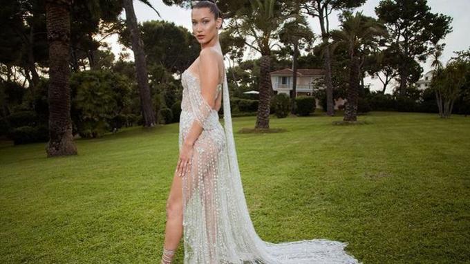 «Mannequin professionnelle, Bella Hadid pose naturellement pour mettre en avant sa robe magnifique.»Crédits photo: Pascal Le Segretain