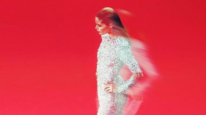 Le mouvement donne au mannequin Doutzen Kroes une silhouette floue. Ce fut comme une apparition.