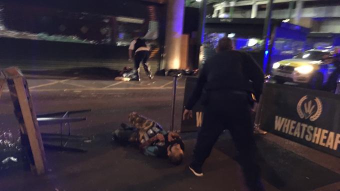 Cette image envoyée par les agences montre un suspect présumé peu de temps après été neutralisé par les forces de police. Il portait une fausse ceinture d'explosifs.