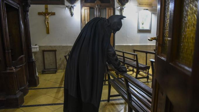 Le Batman argentin dans la chapelle de l'hôpital public Sœur Maria Ludovica, le 2 juin 2017. Crédits photo: EITAN ABRAMOVICH / AFP