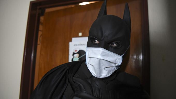 Le Batman argentin visite un patient. Crédits photo: EITAN ABRAMOVICH / AF