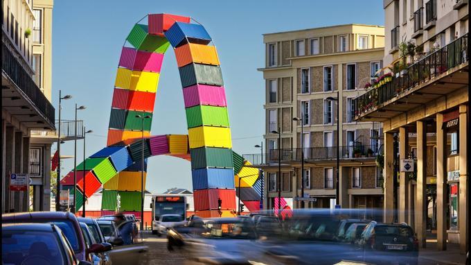 La «Catène de Containers», de Vincent Ganivet, ouvre la rue de Paris, artère majeure du Havre dès le XVIe siècle.