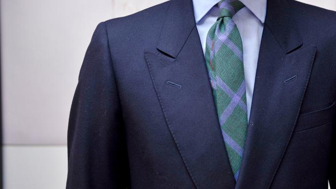 Chez Cinabre, cette cravate verte, ornée de rayures couleur lavande.