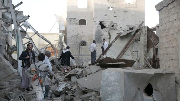 Dans les décombres de maisons détruites dans des bombardements de la coalition arabe menée par l'Arabie saoudite, le 9 juin 2017 à Sanaa.