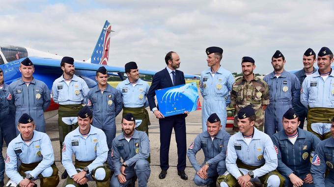 Edouard Philippe aux côtés des pilotes de la patrouille de France. (AFP.)