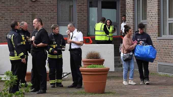 Les résidents ont été autorisés à revenir dans la journée de samedi pour récupérer des affaires personnelles dans leurs appartements, sous la surveillance des pompiers.