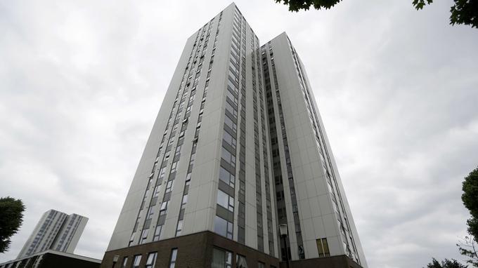 Constatant que le revêtement était le même que celui qui avait brulé à Grenfell, ainsi que d'autres failles de sécurité, la municipalité de Camden à Londres a fait évacuer dans l'urgence vendredi soir cinq tour d'habitations.
