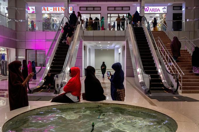 Les deux escalators du Mogadishu Mall, ouvert l'an dernier, sont devenus l'attraction des teenagers. Ce centre commercial abrite des magasins de vêtements et de cosmétiques.