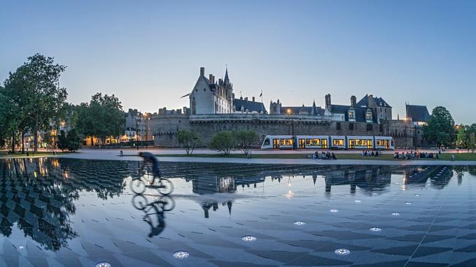 Forteresse et résidence des ducs de Bretagne, la double vocation du château se lit dans ses murailles et tours de granit protégeant les logis en tuffeau ouvragé. Une particularité que l'on saisit mieux depuis le miroir d'eau.