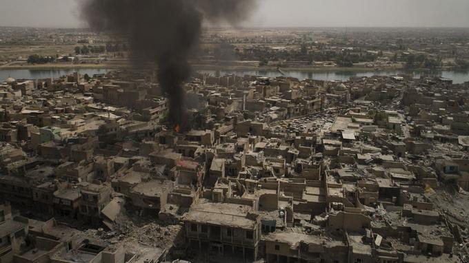 La bataille a anéanti Mossoul, où pas un bâtiment ne semble avoir été épargné par les bombes. Après neuf mois de combat, la Vieille ville ne ressemble plus qu'à un tas de ruines, d'où émerge une fumée épaisse.