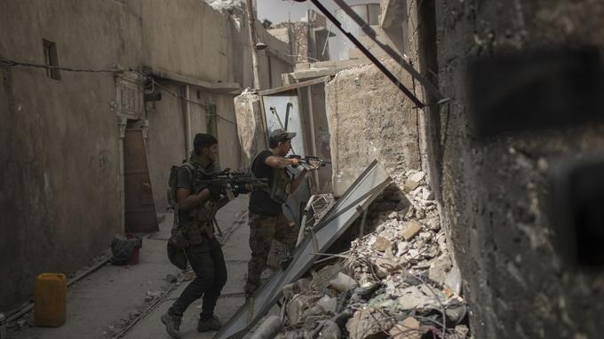 Les soldats des forces irakiennes traquant les djihadistes de l'EI, maison par maison, dans les rues de la Vieille ville de Mossoul.