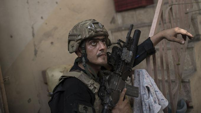 Un combattant de la Division d'Or le 3 juillet dans la Vieille ville de Mossoul.