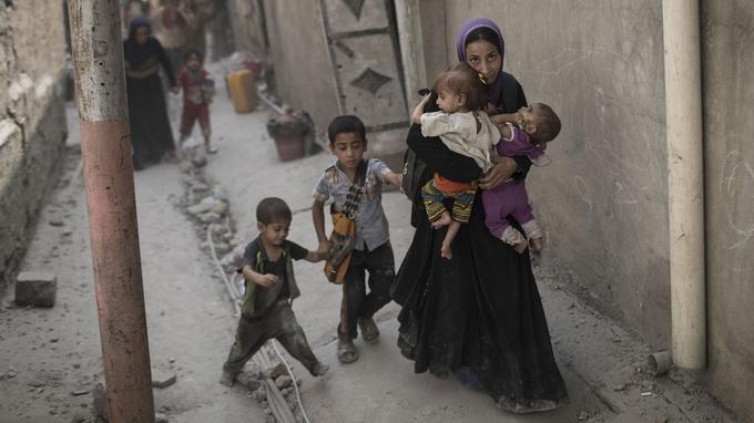 Une famille irakienne fuyant les combats dans les rues de Mossoul.
