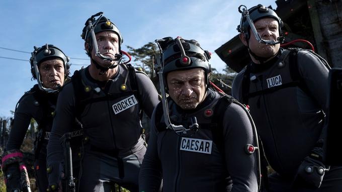Andy Serkis (3e en partant de la gauche) incarne le personnage numérique de César.