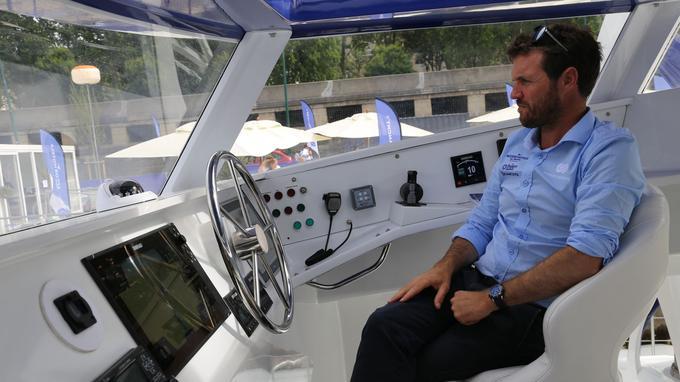 Victorien Erussard, le capitaine du Energy Observer, à son poste de pilotage. <i>Crédits photo: YB.</i>