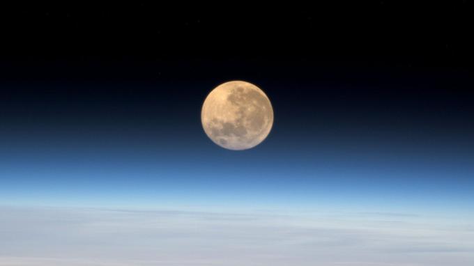"""«La """"supermoon"""" ce soir vue de l'espace! La dernière que j'ai vue, c'était à Baïkonour avant le grand départ… J'aime encore plus celle-ci !»"""