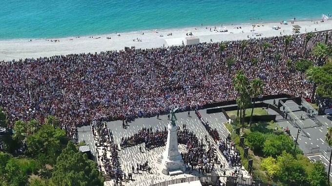 Des milliers de personnes s'étaient réunies à Nice quatre jours après les attentats, pour rendre hommage aux victimes.