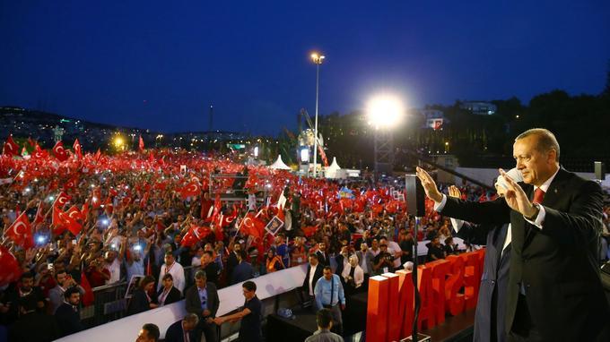Le président Erdogan devant la foule à Istanbul.
